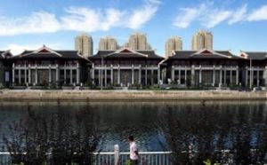 Grattacieli alle spalle delle case cinesi (Fonte immagine: scmp.com)