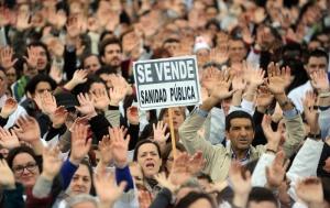 """Manifestazione """"bianca"""" contro la privatizzazione della sanità(Fonte immagine: lamarea.com)"""