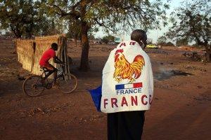 Un ragazzo maliano con la bandiera francese sulle spalle. (fonte immagine: blogs.voanews.com)