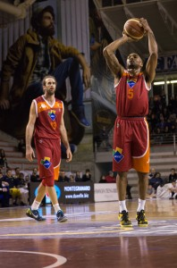 Phil Goss in ombra per molti minuti, è stato decisivo nel finale di partita contro Montegranaro (fonte immagine: dailybasket.it)