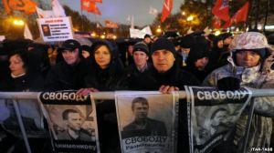 Manifestanti che protestano contro la detenzione illegale di alcuni oppositori in Russia (Fonte immagine: www.znetitaly.alteravista.org)