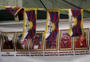 Foto commemorative di alcuni monaci tibetani bruciati vivi (Fonte immagine: http://giacomofidelibus.files.wordpress.com)