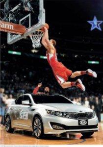 ASG 2011: Blake Griffin schiaccia su un'automobile Kia, primo sponsor del basket Nba (fonte immagine: businessinsider.com)