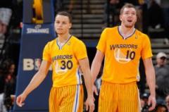 Novità nella NBA: i Golden State Warriors in campo non più con la classica canotta ma con (fonte immagine: sinbapointforward.wordpress.com)