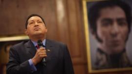 Hugo Chavez e sullo sfondo un quadro con il primo piano di Simon Bolivar (fonte immagine: abcnews.go.com)
