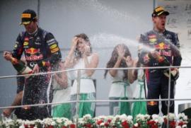 Sebastian Vettel festeggia la vittoria a Sepang, 2° Mark Webber ma con polemiche a fine gara  (Photo by Mark Thompson/Getty Images)