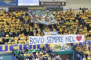 Lo striscione con dedica a Vigor Bovolenta, scomparso poco più di un anno fa (fonte immagine: www.pallavolomodena.it)