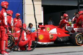 Il pit stop di Alonso nel quale i meccanici Ferrari sistemano l'alettone del DRS (fonte immagine: AP/Lapresse)