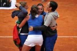 L'esultanza dell'Italia: è in finale di Fed Cup (fonte immagine: wakeupnews.eu)