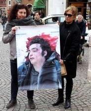 Nella foto Patrizia Moretti, madre di Federico Aldrovandi, con un manifesto col volto del figlio
