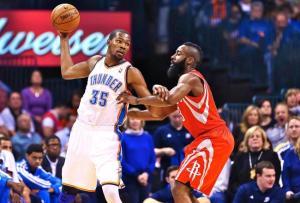 Kevin Durant (a sinistra) e James Harden (a destra): fino all'anno scorso compagni di squadra, in questa stagione giocheranno contro (fonte immagine: sportamericano.it)