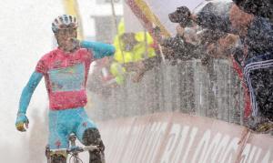 La gioia di Vincenzo Nibali, alla sua prima vittoria al Giro d'Italia (fonte immagine: panorama.it)