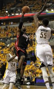 Lebron James contro Roy Hibbert: a Est la Finale di Conference è tra Miami e Indiana (fonte immagine: zimbio.com)