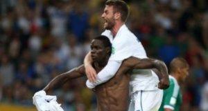 Balotelli e De Rossi festeggiano il gol del n° 9 azzurro (fonte immagine: ilmattino.it)