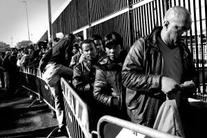 """""""Lunga attesa davanti alla questura per il permesso di soggiorno"""" ©Raffaele Petralla"""