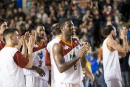 La squadra ringrazia il pubblico dopo la vittoria di ieri sera (fonte immagine: tripladoppia.com)