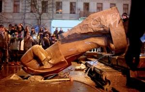 La statua di Lenin, rovesciata a Kiev durante le proteste