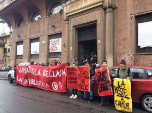 La manifestazione di alcuni giorni fa davanti agli ex bagni pubblici di Garbatella