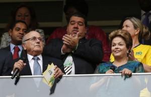 Il presidente del Brasile, Dilma Rousseff, con il capo della Fifa, Joseph Blatter (fonte immagine: actusports.fr)