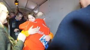 """L'abbraccio """"a sorpresa"""" di Vladimir Putin a Ireen Wüst (fonte immagine: quotidiano.net)"""