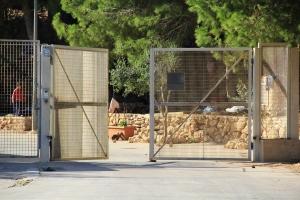 Lampedusa, l'ingresso del centro accoglienza