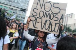 """""""Noi siamo la rivoluzione"""", Manifestanti a San Paolo (foto di Yazeed Kamaldien)"""