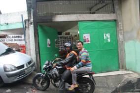 Il giornalista sudafricano Yazeed Kamaldien su una moto-taxi, nelle favelas di Rio