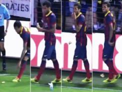 Dani Alves raccoglie una banana dal campo di gioco (fonte: Telesur)