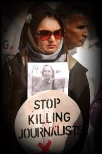 Sadia Haidari stringe nelle mani una foto di Maria Grazia Cutuli, uccisa nel 2001 in Afghanistan assieme al marito di Sadia, Aziz Ullah Haidari