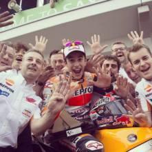 Un esultante Marc Marquez festeggia il suo dominio nella MotoGP (fonte immagine: Facebook.com/MotoGP)