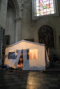 Una delle tende allestite all'interno della chiesa (Foto di Elisa Di Benedetto)