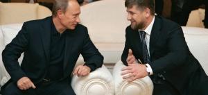 Russian President Vladimir Putin (L) con