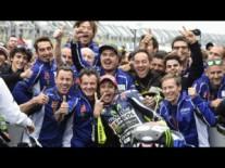Rossi festeggia con il suo team (fonte immagine: motogp.com)