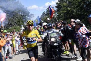Chris Froome a piedi durante la salita del Mont Ventoux (fonte immagine: byoviral.com)
