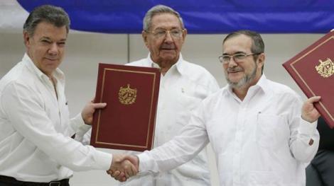"""Il Presidente Santos sigla l'accordo di pace con il leader delle FARC Timoleón """"Timoshenko""""Jiménez, fonte immagine: Lanacion.com.ar"""