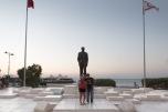 Kyrenia. Due turisti in posa davanti alla statua dell'eroe nazionale turco Mustafa Kemal Atatürk | © Michele Cirillo