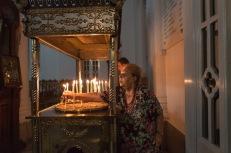 Una donna anziana accende una candela in una chiesa. La comunità cristiana ortodossa di Cipro è una delle più antiche al mondo. I fedeli costituiscono oltre l'80% della popolazione dell'isola | © Michele Cirillo