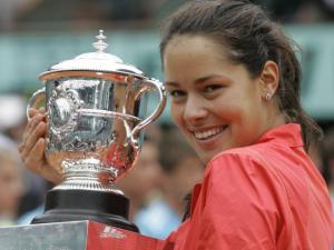 Ana Ivanovic con la coppa per la vittoria del Roland Garros 2008